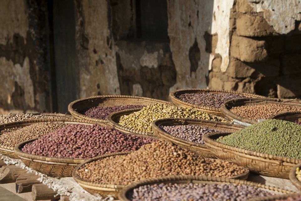 Des paniers de légumineuses séchées sur le marché d'Arusha. La ville compte une population d'environ 500.000 habitants.