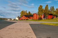 Kemi befindet sich im Herzen Finnlands, 117 km östlich von Rovaniemi, an der Küste des Bottnischen Meerbusens. Diese kleine ländliche Stadt ohne besonderen architektonischen Charme ist augrund der umliegenden Landschaften und der dort angebotenen Aktivitäten interessant. Im Winter, sobald die Temperatur zum ersten Mal etwas tiefer sinkt, gefriert das Meer und die Landschaft nimmt andere Formen an. ...