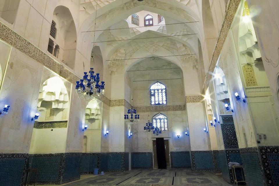 Kerman, relativement à l'écart des parcours touristiques traditionnels, mérite toutefois le détour en raison de ses nombreuses mosquées, datant d'époques différentes.
