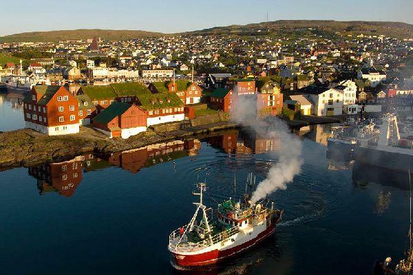 Thorshavn, la capitale, est la plus grande ville de l'archipel. Vous pourrez visiter le musée d'histoire, le jardin botanique ou encore la cathédrale.