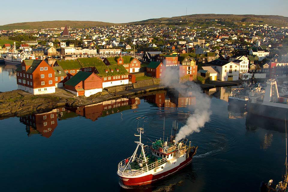 Die Hauptstadt Torshavn ist die größte Insel des Archipels. Sehenswert sind das Historische Museum, der botanische Garten oder auch die Kathedrale.