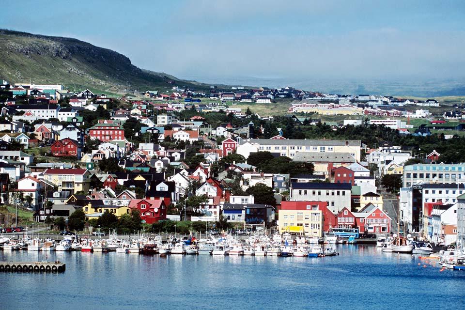 Torshavn ist eine Stadt mit den typischen bunten Häusern des Archipels.