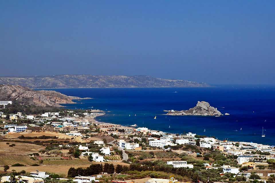 Appartenant aux îles du Dodécanèse, Kos est installée à proximité des côtes turques. Il est d'ailleurs facile de s'y rendre en bateau depuis la station balnéaire de Bodrum. Elle est considérée comme la troisième plus grande île grecque avec ses 290 km², après la Crète et Rhodes. Les touristes affluent nombreux chaque année grâce notamment aux compagnies charters qui opèrent des vols directs depuis ...