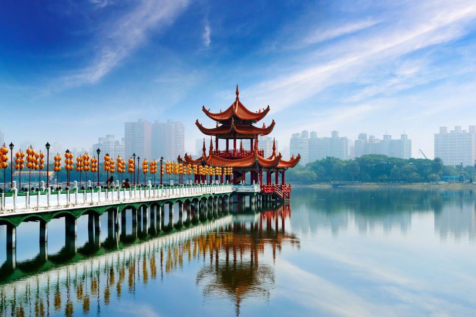 Kaohsiung est la deuxième plus grande ville de Taiwan. Elle est construite tout autour du port et séduit le voyageur avec ses parcs, ses centres culturels, ses restaurants et ses cafés, sans oublier la meilleure boulangerie du monde : Wu Pao Chun bakery ! Le Lac Loto permet d'accéder aux pagodes du tigre et dragon. A une quarantaine de minutes de route se trouve le plus grand temple bouddhiste de l'île ...