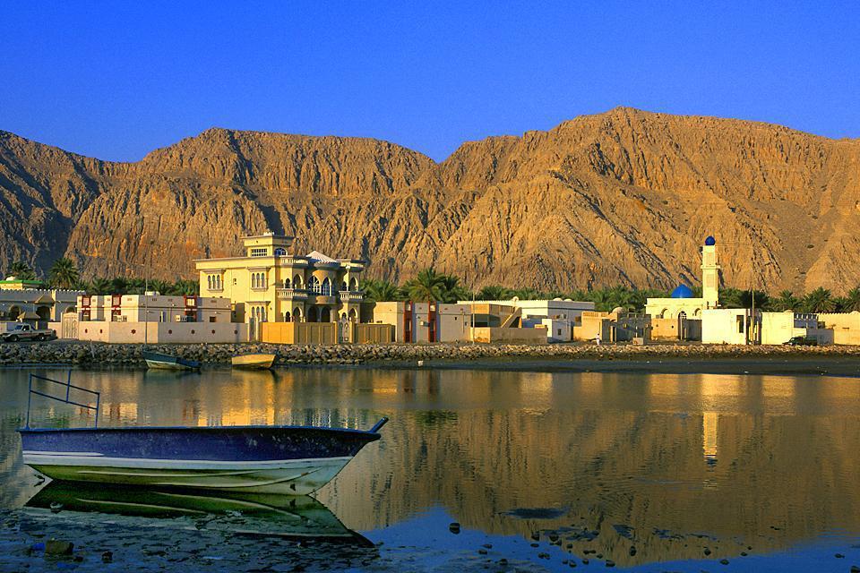 Séparée du reste du territoire omanais par une zone territoriale appartenant à l'Emirat de Sharjat, aux Emirats Arabes Unis, la péninsule du Musandam se trouve à 1h d'avion au nord de Mascate. La porte d'entrée de cette enclave omanaise située à la pointe nord des Emirats Arabes Unis est Khasab (à 640 km au nord de Mascate), principale ville de cette province d'une grande importance stratégique, bordée ...