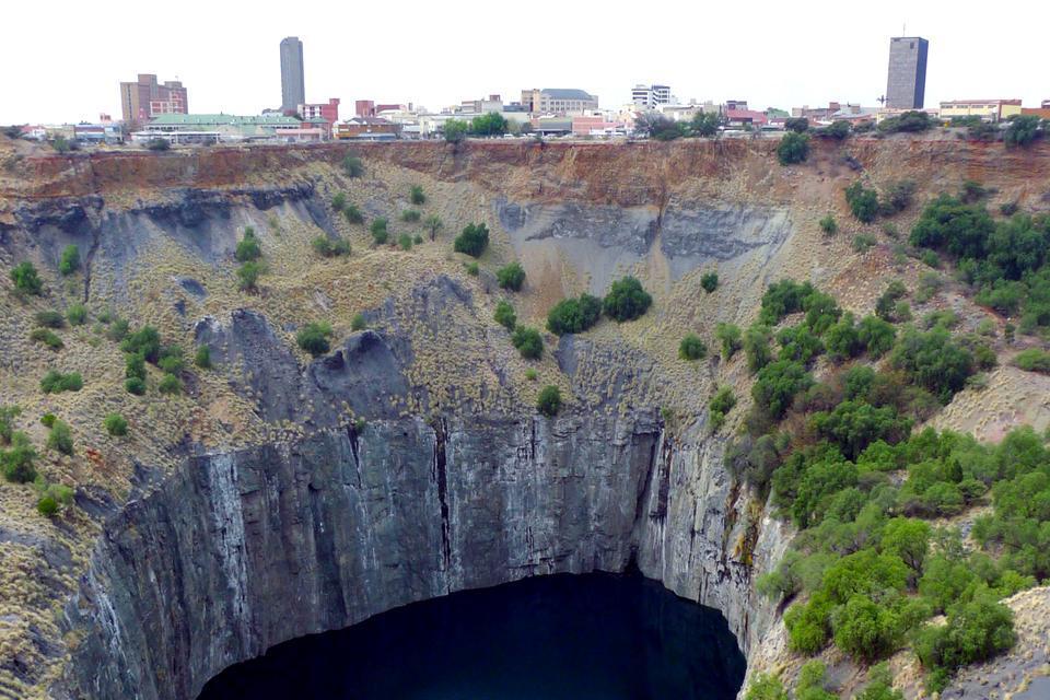 Kimberley est la « ville des diamants » et s'est développée principalement autour de l'activité minière. C'est ici que prospère la fameuse De Beers Consolited Mines Compagnie et que Cecil John Rhodes (qui a donné son nom à la Rhodésie, aujourd'hui le Zimbabwe) a bâti son immense fortune. En vous rendant au bord du «Big Hole», vous pourrez voir le plus gros trou jamais réalisé par l'homme, ...