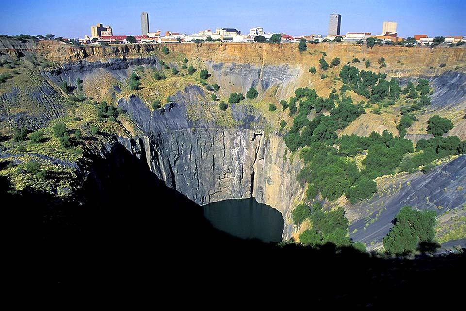 Le Big Hole est une ancienne mine à Kimberley. Le diamant Eureka fut découvert au 19è par un enfant, provoquant un véritable engouement pour le minéral.