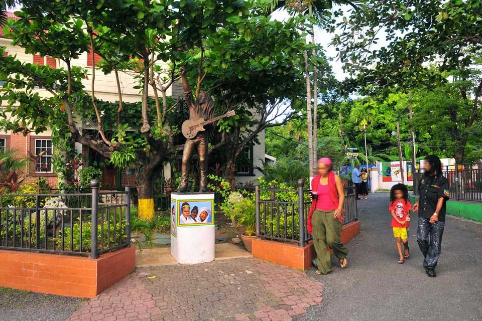 Dans la ville, on trouve de nombreux monuments qui rendent hommage à la star nationale Bob Marley.