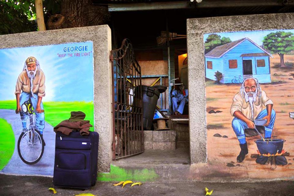 À Kingston, on trouve parfois des murs ornés de peintures réalisées par des artistes locaux, comme ici devant la maison de Bob Marley.