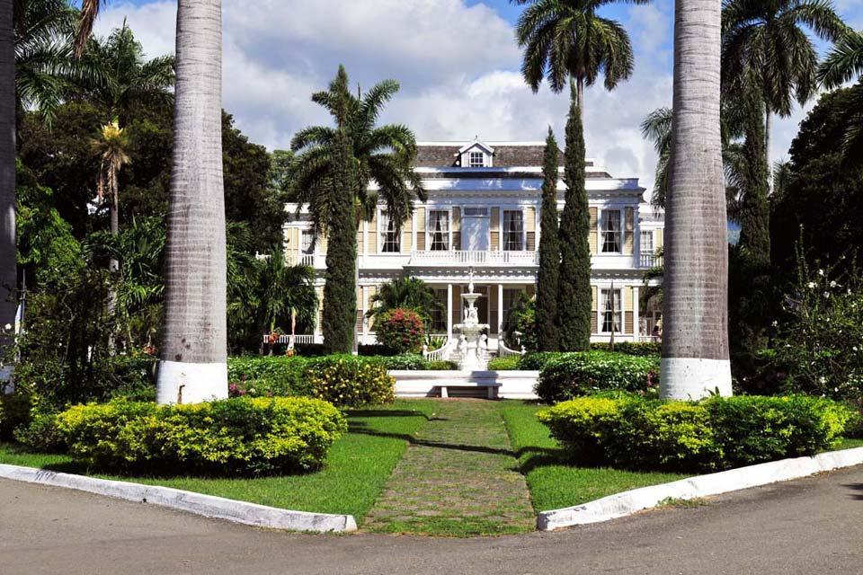 Kingston est la capitale, la principale ville et le port maritime de la Jamaïque, aux pieds des Blue Mountains, sur la côte sud-est de l'île.