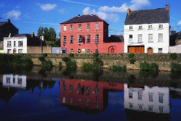 Kilkenny sorge sulle riva del Nore, fiume di modeste dimensioni che scorre nella parte centro-meridionale dell'Irlanda