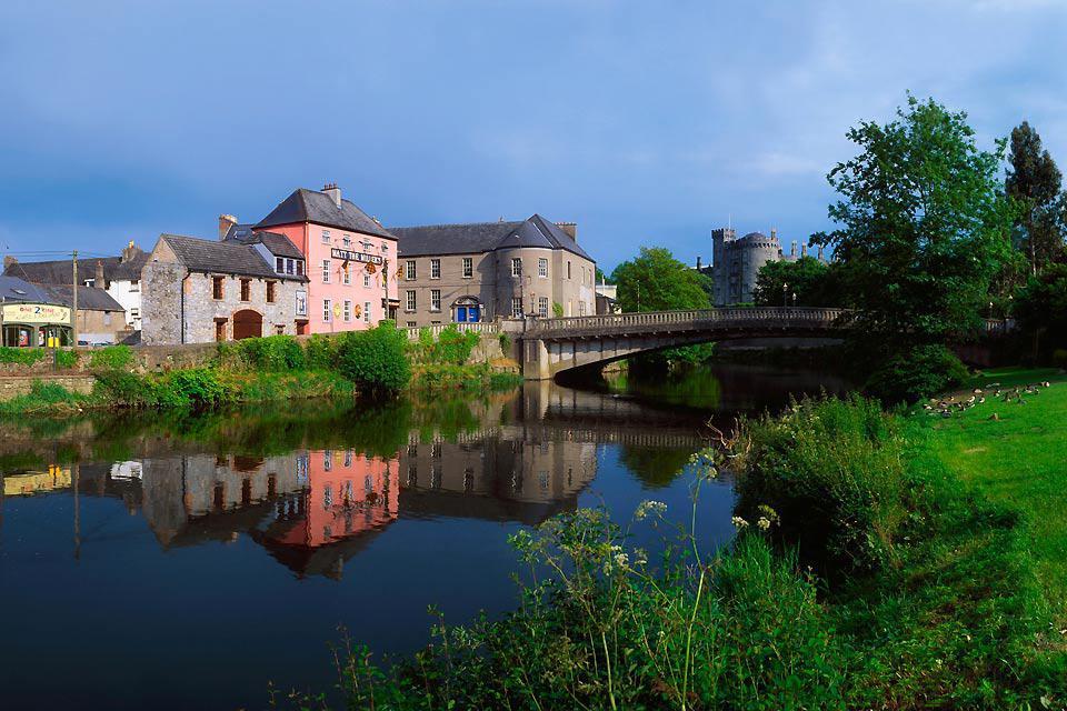 Fotografie come questa rimandano un'immagine idilliaca di Kilkenny,quella di una tranquilla cittadina adagiata sul fiume