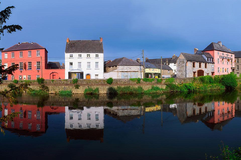 Il nome di Kilkenny è indelebilmente legato a quello della birra rossa ivi prodotta, ma i suoi visitatori ne apprezzano anche la vita notturna, piuttosto frizzante