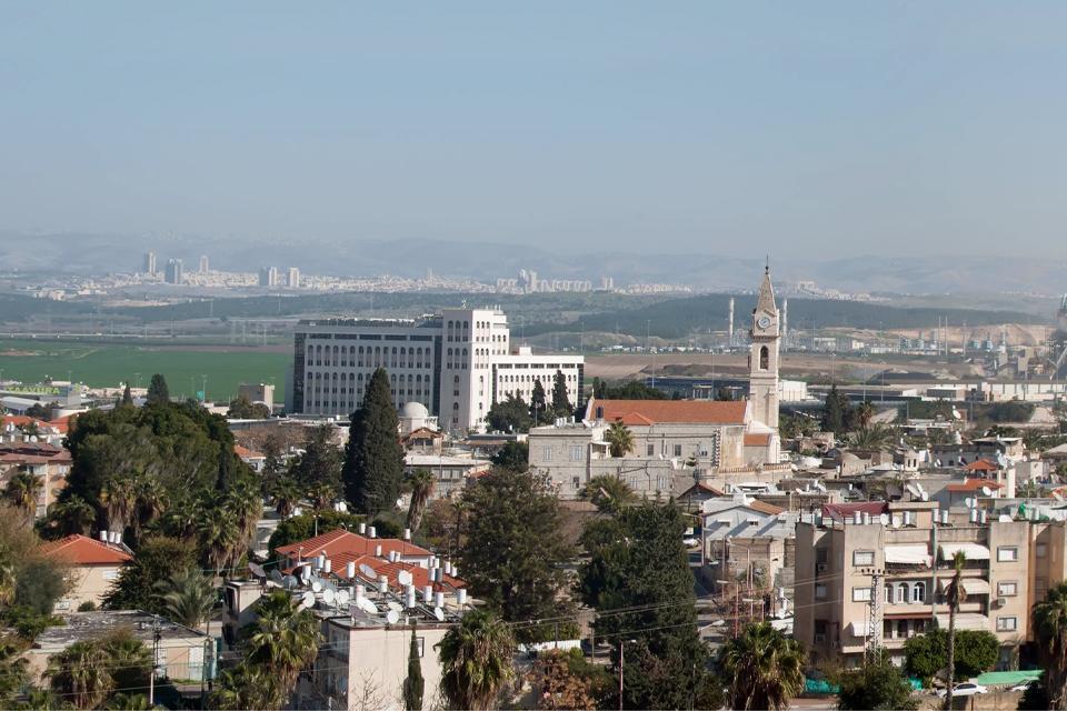 A 21 km al este de Tel-Aviv encontramos la ciudad de Ramla, la primera fundada sobre la arena por los conquistadores musulmanes en el siglo VII. Fue conquistada por los cruzados, sitiada por Ricardo Corazón de León, quien estableció su cuartel general en ella, y visitada por Bonaparte. Hoy en día cohabitan pacíficamente judíos y árabes. La antigua catedral romana de los cruzados se transformó en mezquita ...