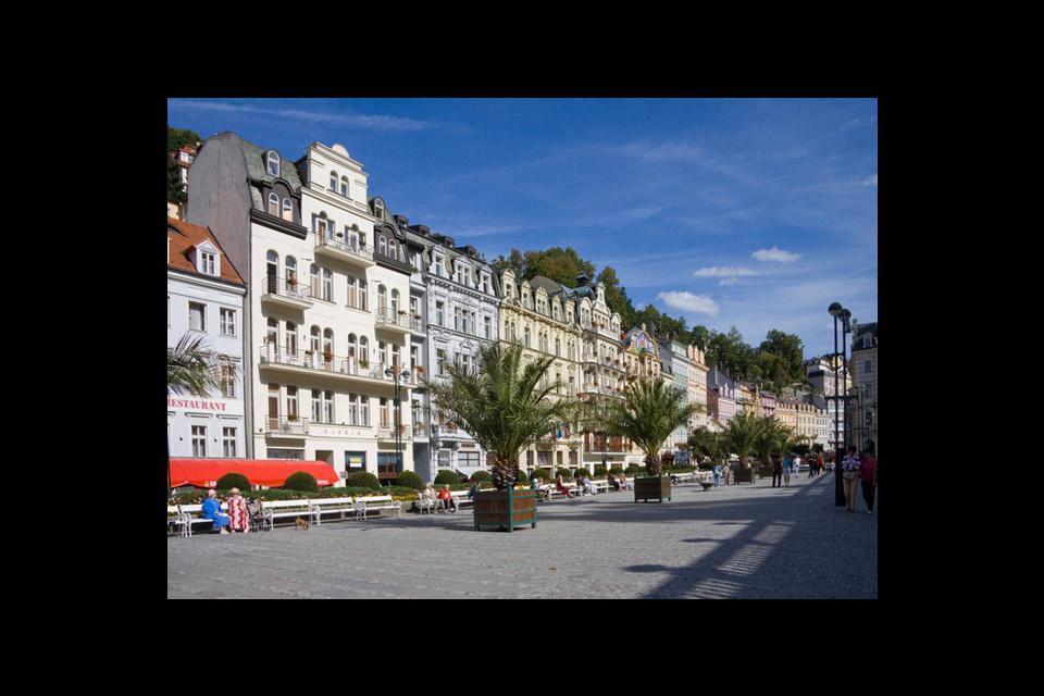 """Une place de Karlovy Vary, ou Karlsbad, qui signifie """"Le spa de Charles"""", la ville étant construite près d'une source d'eau minérale."""
