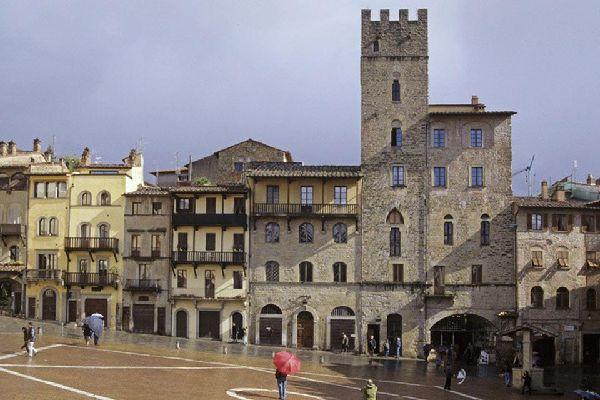La plus belle place d'Arezzo bordée de nombreux bâtiments d'une grande importance culturelle. Sur la droite de la photo : la maison-tour des Lappoli