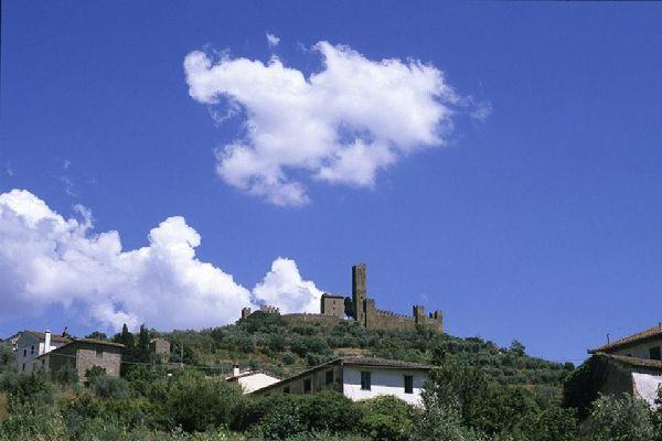 Le territoire arétin compte d'innombrables églises paroissiales, châteaux et bourgs médiévaux. Citons notamment Poppi qui, par sa beauté, fait partie des plus jolis bourgs d'Italie