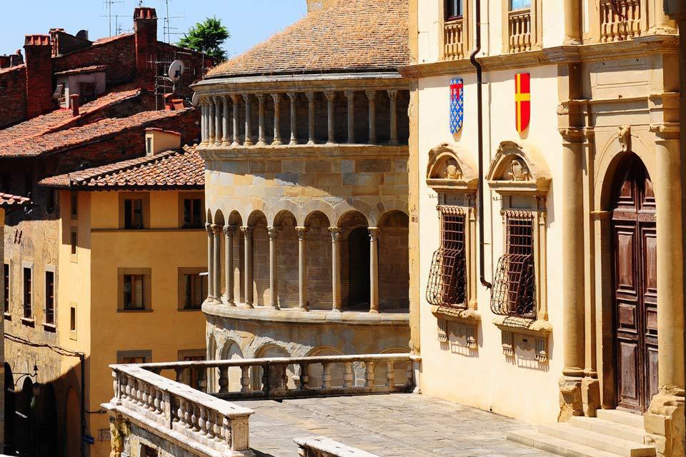 Si sa réputation est moindre que celle de Sienne, Pise ou Florence, Arezzo possède un patrimoine et une histoire remarquable.