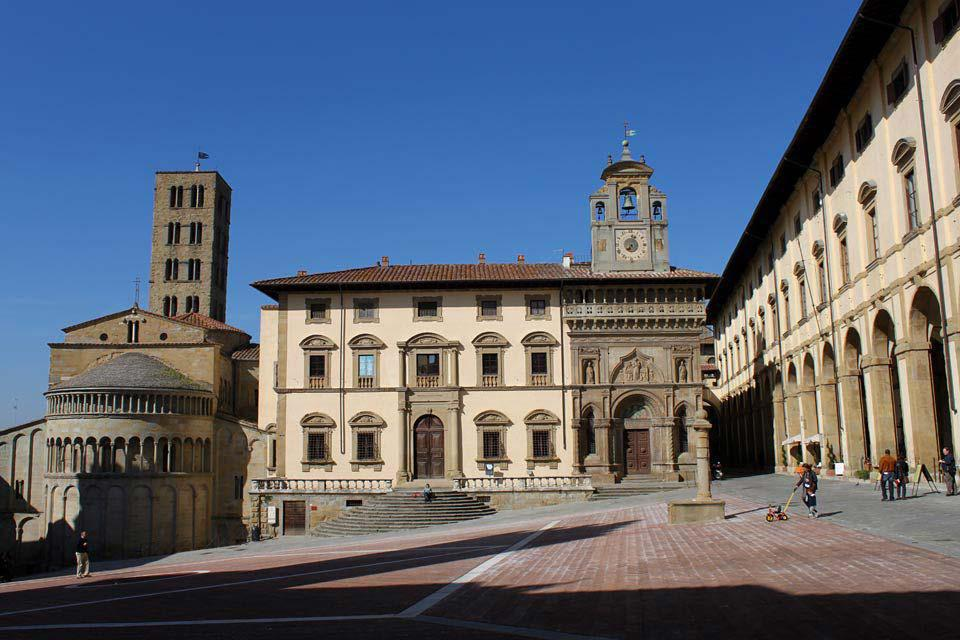 L'Ouest de la Piazza Grande est fermé par l'arrière de l'église Santa Maria della Pieve et par le Palais des Loges d'Arezzo.