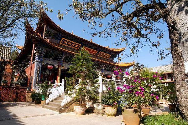 Kunming y las etnias cercanas del Tíbet, provincia de Yunnan. La gran ciudad del sur chino alienta a que uno se quede en ella pero ten en cuenta que el reciente boom turístico ha transformado la capital del Yunnan en una ciudad de hormigón que amenaza los antiguos barrios. Primera ventaja de esta ciudad (3 millones de habitantes): sus enlaces aéreos nacionales, sobre todo con Shangai y Guilin (850CNY ...