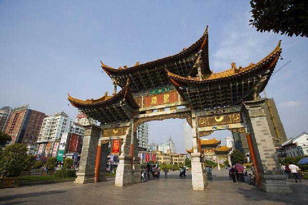 """La capital de Yunnan se encuentra a 2.000 m de altitud. Es la """"ciudad de la eterna primavera"""", con una temperatura media de 18 ºC."""