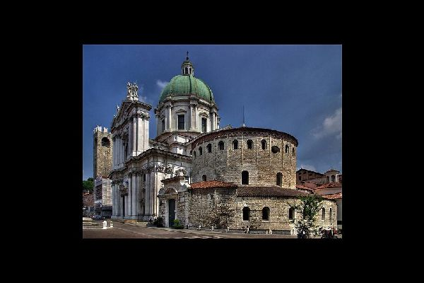 La catedral vieja es la concatedral de Brescia. Su construcción se inició en el siglo XI, sobre una antigua basílica cuya estructura románica original se ha conservado intacta.