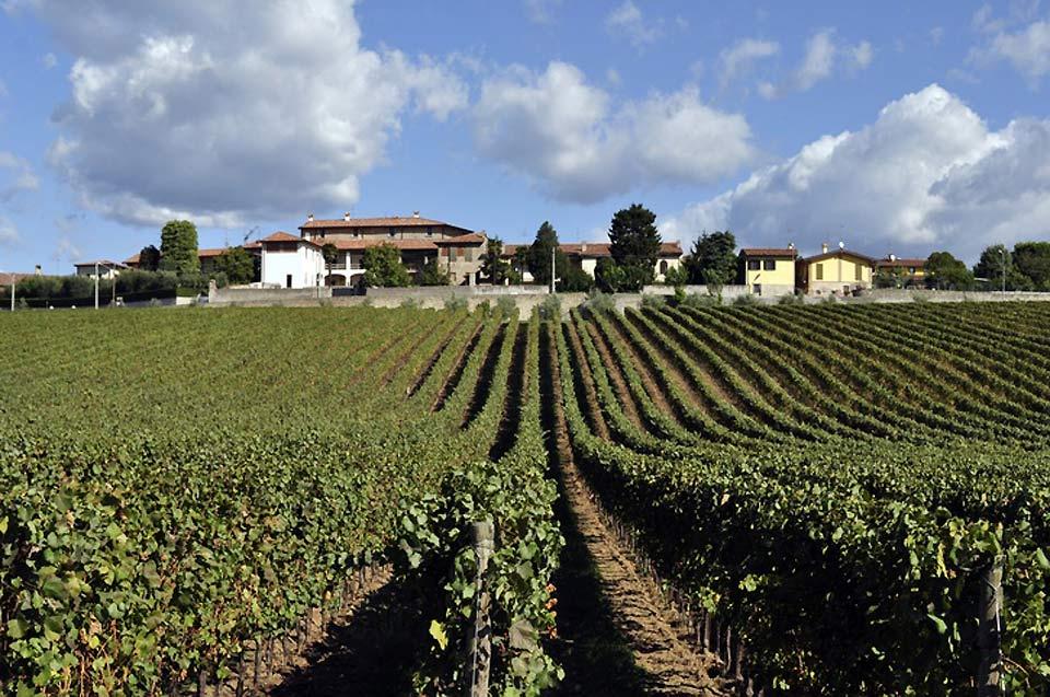 Brescia liegt oberhalb der Po-Ebene am Ende des Trompia-Tales, zu Füßen des Berges Maddalena und des Cidneo-Hügels.