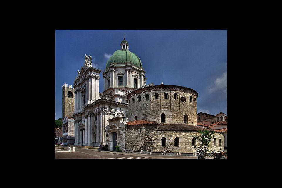 The Old Dome is the pro-cathedral of Brescia. Its construction began in the 11th century above the old basilica, whose original Romanesque structure has remained intact.