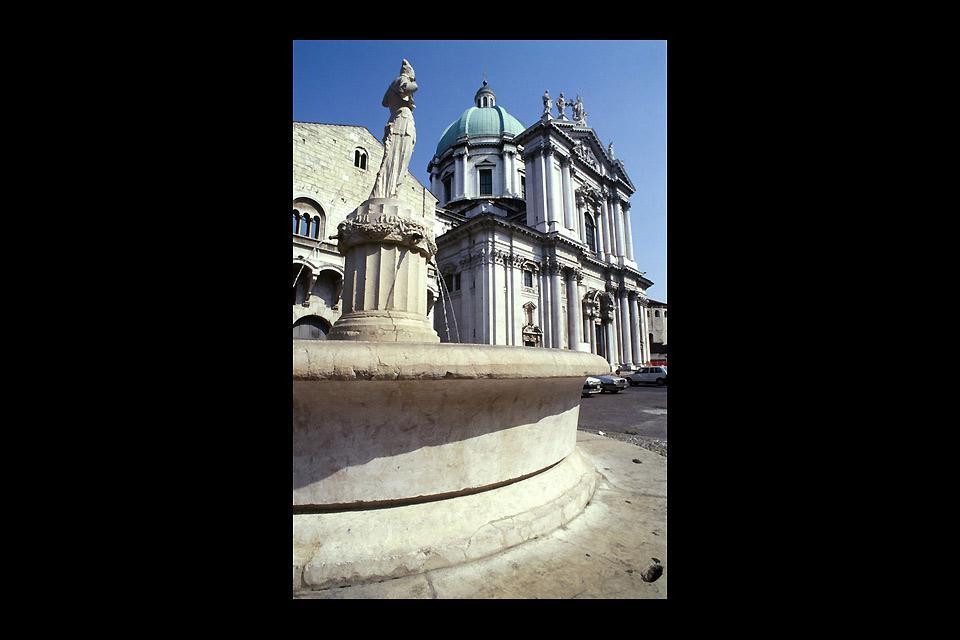 """Der ?Neue Dom?, oder Sommerkathedrale Santa Maria Assunta, ist die Hauptkirche von Brescia und liegt direkt angrenzend zur Konkathedrale, auch """"Alter Dom"""" genannt."""