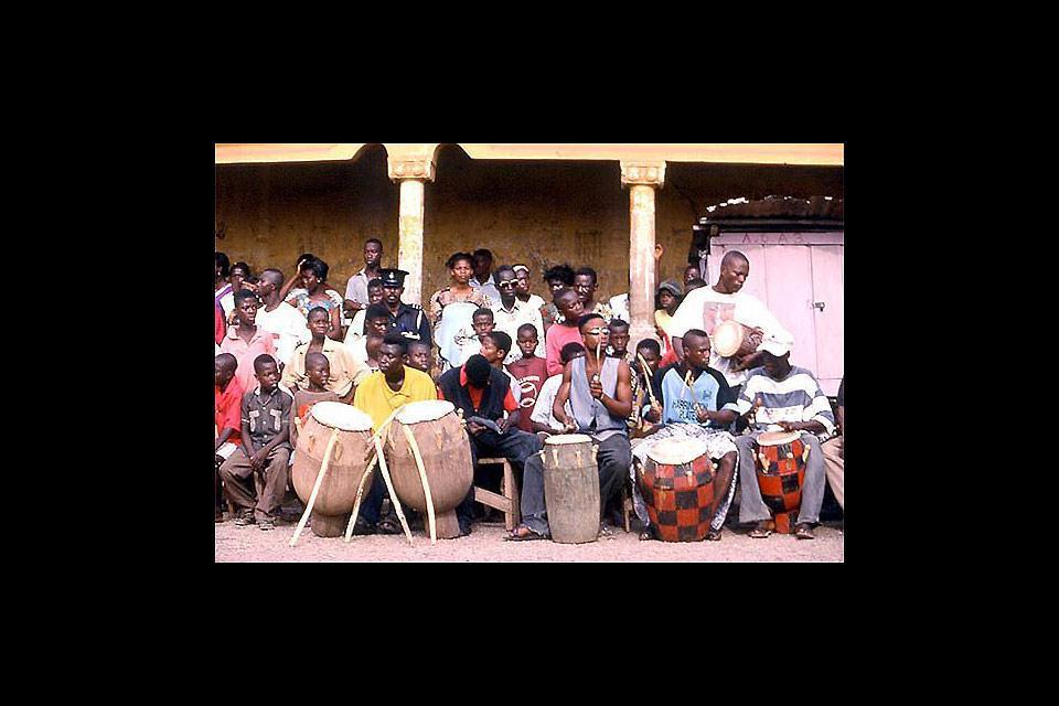 C'est une ville importante du Ghana qui se situe dans les terres. Elle est connue pour son grand marché et son zoo.