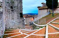 """Campobasso liegt im samnitischen Apennin, auf 701 m Höhe. Es ist die Hauptstadt der Region Molise. Der Name der Stadt kommt vermutlich von """"Campus vassorum"""", einem Ortsnamen, der die Heimstatt der Vasallen bezeichnete, die im Dienste des Feudalherren standen. Der Aufbau der Stadt scheint diese Hypothese zu bestätigen. Auf einem Hügel über der Neustadt thront das Schloss Monforte, eine mittelalterliche ..."""