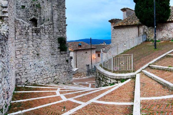 Campobasso s'élève sur l'Apennin Samnite, à 701mètres d'altitude. Il s'agit du chef-lieu du Molise. Le nom de la ville vient probablement de «campus vassorum», toponyme qui indiquait le lieu de résidence des vassaux qui étaient au service du seigneur féodal. La structure de la ville semble confirmer cette hypothèse. En haut de la colline qui domine la ville nouvelle, se trouve le château Monforte, ...