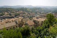 Cosenza se erige en el valle del río Crati, sobre siete colinas; el centro de su casco antiguo conserva su aspecto medieval.