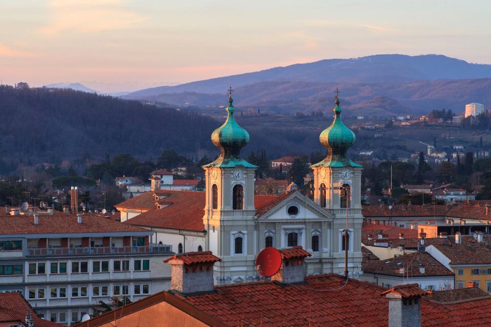 Gorizia, dont les premiers témoignages remontent à 1001, était autrefois un comté plutôt important et d'une certaine étendue. Au XVIème siècle, elle passe sous domination vénitienne, puis sous domination autrichienne. Ville de frontière, Gorizia est peut-être la province du Frioul qui incarne le mieux l'idée de melting-pot. Les Frioulans, les Juliens et les Slovènes la considèrent tous comme leur propre ...