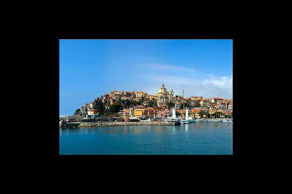 Perched on the Parasio headland, the old village of Porto Maurizio is a web of streets and sloping, winding alleyways.