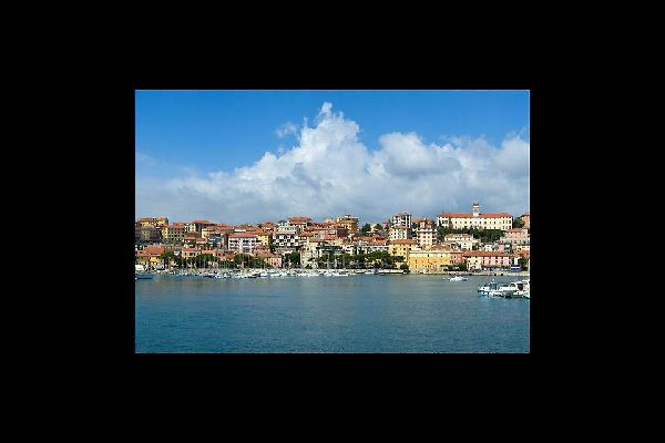 Imperia benefits from an excellent location on the famous Riviera dei Fiori, the coast that stretches from Capo Cervo to the French border