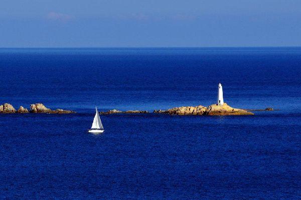 Im Nordosten von Sardinien, gegenüber der berühmten Costa Smeralda, liegt eine Inselgruppe mit dem Namen La Maddalena. Obwohl sie 1994 zum Nationalpark ernannt wurden, bleiben die sieben Inseln von den meisten Urlaubern - außer im Rahmen eines Tagesausflugs -unbeachtet. Mit La Maddalena, Caprera, Spargi,San Stefano, Budelli, Razzioli, Santa Maria und vielen anderen kleinen Inseln finden Sie hier insgesamt ...