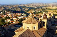 Fue fundada por los habitantes de Helvia Ricina, quienes en el 408 asistieron a la devastación de su ciudad por los visigodos y vinieron a refugiarse aquí, a Macerata, que se erige sobre una colina. Tranquila y silenciosa, la ciudad está envuelta de la atmósfera distendida de los campos que la rodean y en sus calles se conserva el antiguo esplendor de los siglos XVI y XVII. El Palacio de los Priores, ...