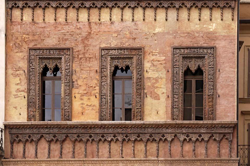 Costruito nel 1455 con una facciata completamente in cotto, il palazzo rappresenta un esempio di architettura veneziana.