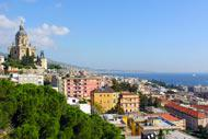 Une vue panoramique de la ville; à gauche, on aperçoit l'église du Christ-Roi.