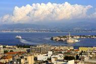 Messine semble blottie autour de son port qui réprésente le centre névralgique de la ville sicilienne.
