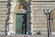 La façade conserve des éléments de grande valeur, comme le magnifique portail gothique, les bas-reliefs et les fenêtres du XVème siècle.