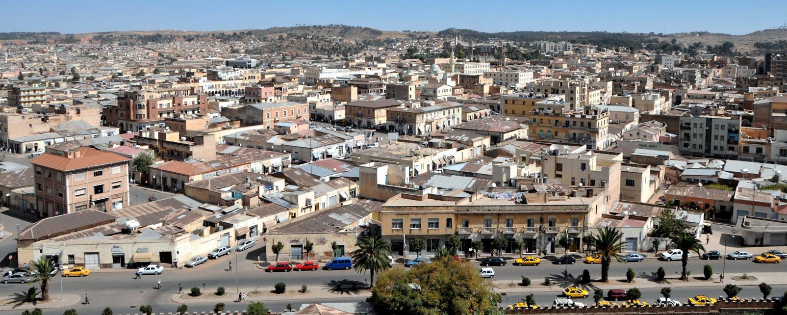 Afrique; Erythrée; Asmara; ville; bâtiment; route; voiture; arbre;