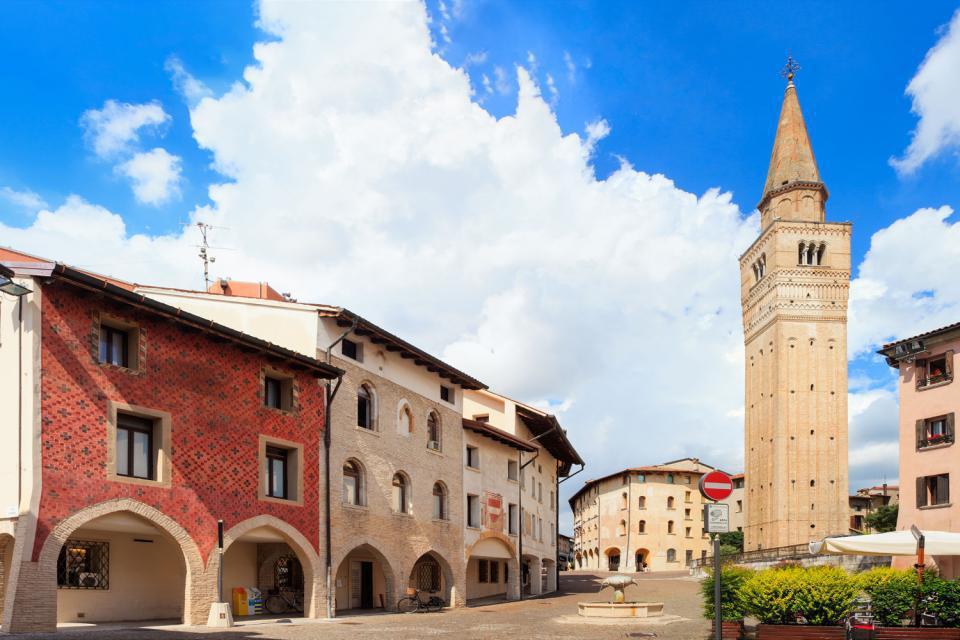 Das sehr originelle historische Zentrum von Pordenone ist nicht sehr groß, und alle Sehenswürdigkeiten sind leicht zu Fuß erreichbar. Nach der Besichtigung der Außenfassade des Rathauses, die mit Rundbögen, einer Uhr sowie zwei seitlichen Türmen geschmückt ist, kann man auf einen Sprung beim Duomo San Marco vorbeischauen. Dieser befindet sich ganz in der Nähe und birgt einen Altarretabel, der von Pordenone, ...