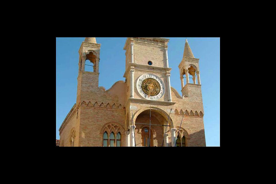 Edificato tra la fine del XIII e l'inizio del XIV secolo, l'edificio è in stile gotico
