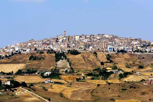 Im hohen Tal von Basento (819Meter über dem Meeresspiegel) liegt Potenza, der Hauptort von Basilicata, bei dem es sich gleichzeitig um den höchsten Ort Italiens handelt. Aufgrund der zahlreichen Erdbeben, die sich in dieser stark erdbebengefährdeten Region zugetragen haben, wurden die alten Bauten leider zerstört. Nunmehr wartet Potenza mit einem recht modernen Stadtbild auf, verfügt aber dennoch ...
