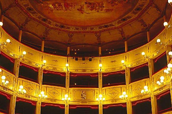 Die Einweihung fand am 26. Januar 1881 in Gegenwart des Königs Humbert I., des Fürsten Amadeo und der Königin von Italien statt, die einer Aufführung von La Traviata beiwohnten.