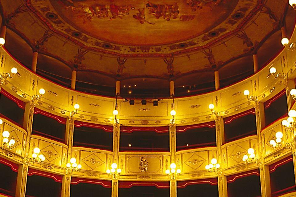 Se inauguró el 26 de enero de 1881 en presencia del rey Humberto I, el príncipe Amadeo y la reina de Italia, que asistieron a una representación de la Traviata.