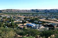 """Alice Springs, situada en el corazón del desierto, está considerada como la """"capital negra"""" del país debido a su gran comunidad aborigen. Es el punto de partida idóneo para descubrir el Centro rojo. Recorre Todd street, la calle principal de Alice Springs, y visita las mejores galerías de arte aborigen. Regálate une lujosa cena """"sound of silence"""" en el Ayers Rock Resort, en pleno desierto...."""