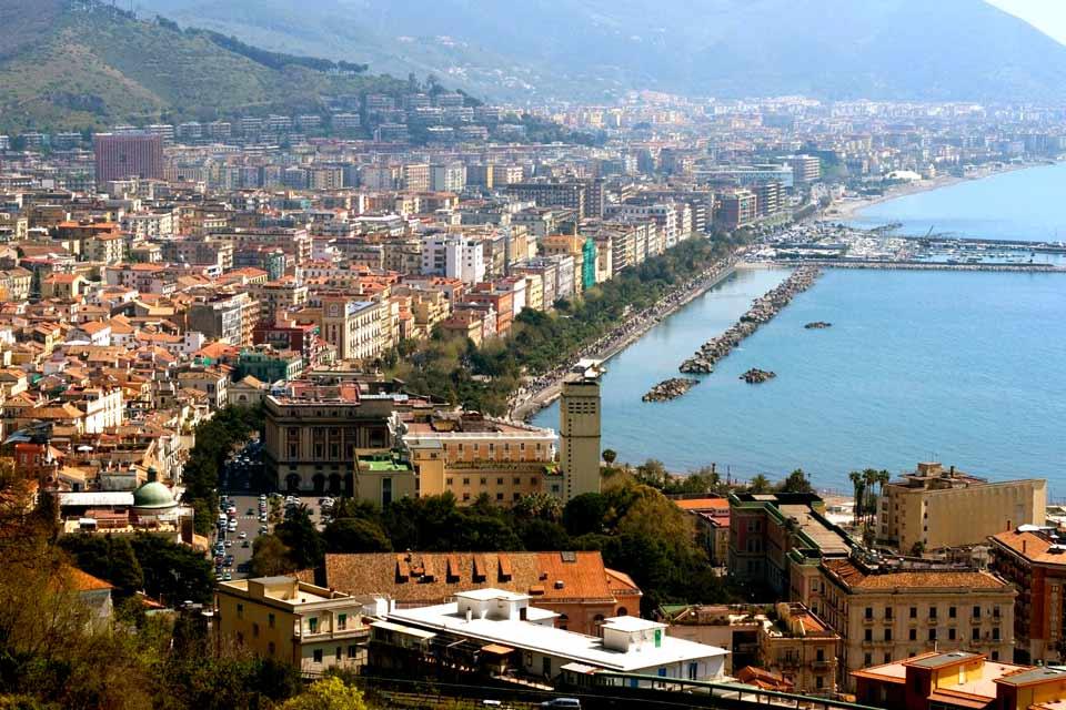Salerno liegt etwas oberhalb des Golfes und verläuft entlang des hiesigen Gebirges. Die lebendige und reiche Stadt Salerno erfreut sich zudem eines attraktiven Kulturangebotes. Ihre Glanzzeit erlebte diese Stadt im 13. Jahrhundert, als sie von den Normannen, die aus Salerno eines der florierendsten Zentren Süditaliens machten, erobert wurde. Hier entstand auch die medizinische Hochschule von Salerno, ...
